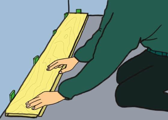 Vérification du parquet et des cales avant la colle du parquet